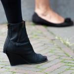 Zwarte sleehakken met open neus / laarsjes met open neus op straatfestival in Bergschenhoek (onscherp op achtergrond zwarte schoentjes, zonder hak, minder interessant) met zwarte panties.