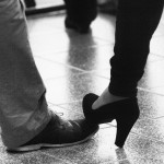 Zwarte pump op mannenschoen