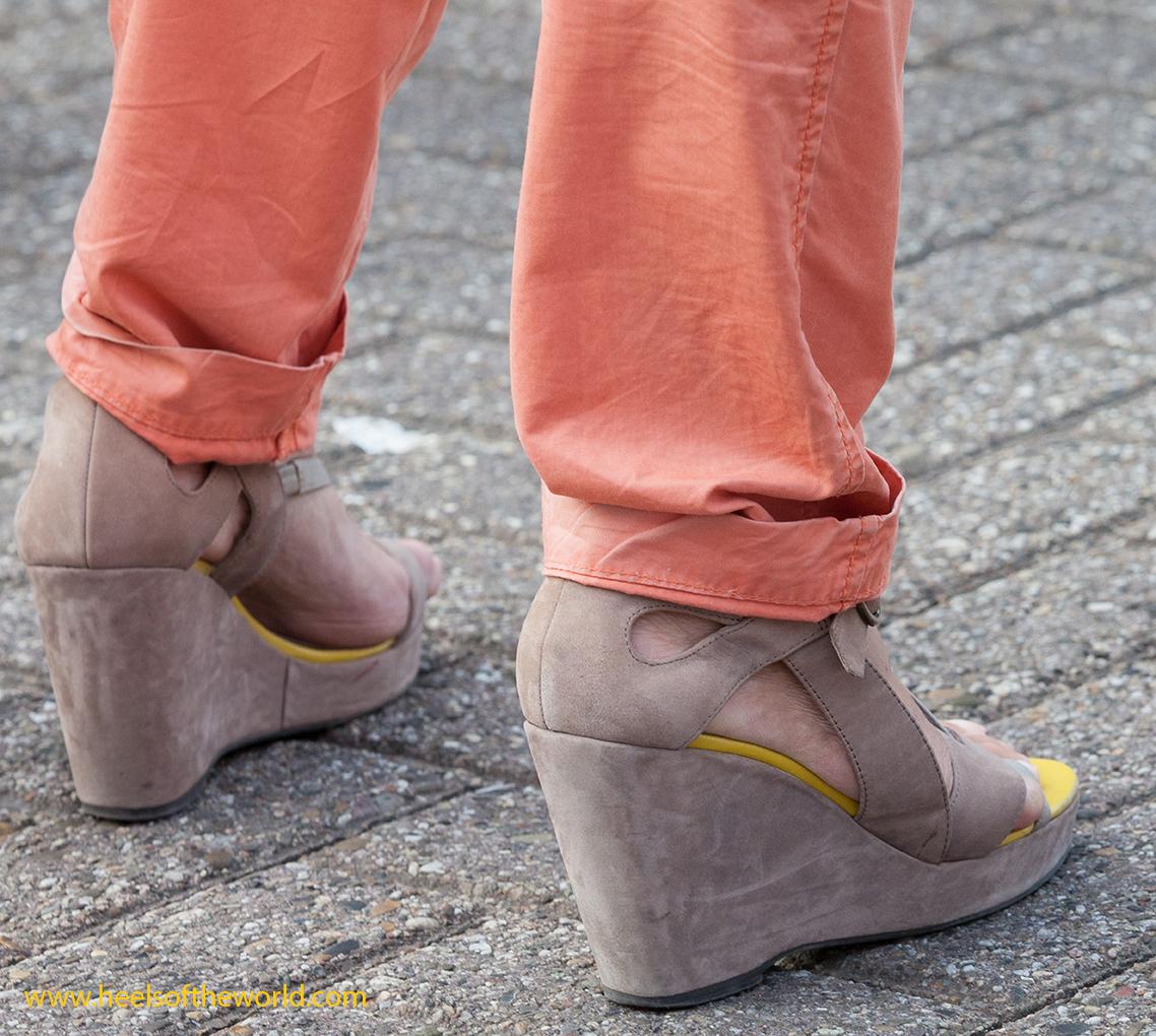 Dutch heels. Photography at street. Wedges at Straattheater Lansingerland in Bergschenhoek (Holland)