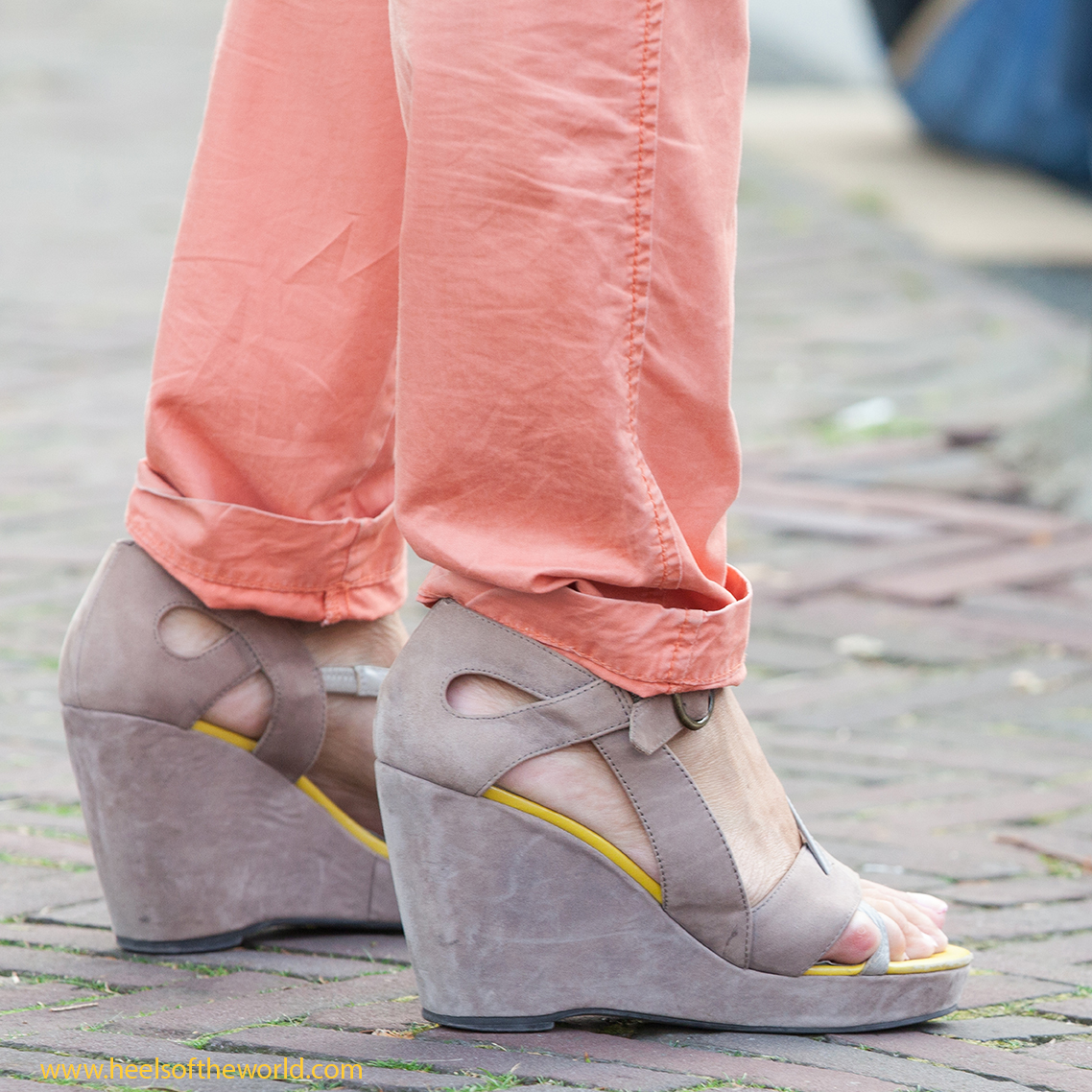 Dutch heels Streetphotography. Wedges at Straattheater Lansingerland in Bergschenhoek Straatfotografie. sleehakken op straatfestival